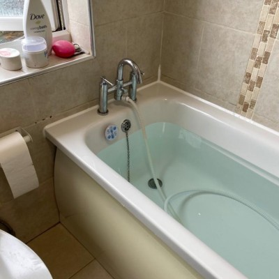 Remove and remastic on leaking bath in North London